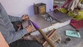 做便宜的塑料镯子的印地安人在Samode宫殿附近 库存图片