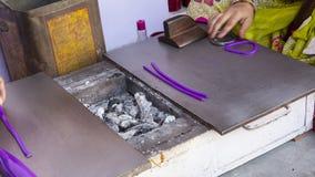 做便宜的塑料镯子的印地安人在Samode宫殿附近 库存照片
