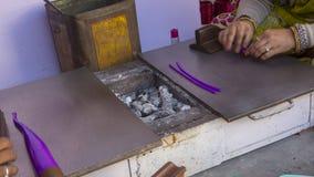 做便宜的塑料镯子的印地安人 免版税库存照片