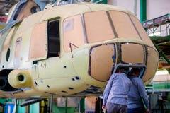 做俄国直升机在航空器工厂 免版税库存照片