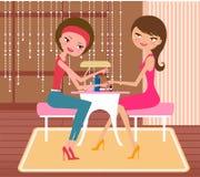 做修指甲的俏丽的女孩在美容院 免版税库存图片