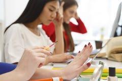 做修指甲的学生 免版税库存图片