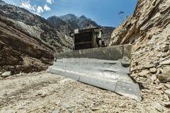 做修路的推土机在喜马拉雅山 免版税库存图片