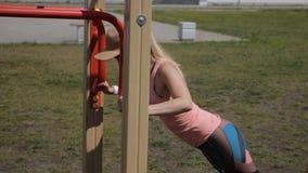 做俯卧撑的健身妇女在室外交叉训练锻炼期间 股票录像
