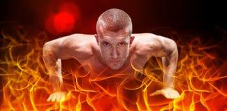 做俯卧撑的确信的赤裸上身的运动员的综合图象 免版税库存照片