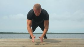 做俯卧撑的英俊的年轻人4k户外在训练期间在湖 影视素材
