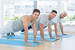 做俯卧撑的适合的人在健身房 免版税库存图片