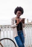 做俯卧撑的非洲少妇在体育的都市结构行使在城市公园 免版税库存图片