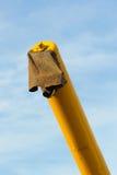 做倾销被收获的五谷的拖拉机胳膊 库存照片