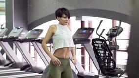 做做准备在健身房的美好的亭亭玉立的年轻女性健身模型 股票录像