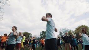 做做准备的年轻人在嬉戏人人群中行使在城市公园 影视素材