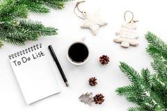 做做名单新年 在新年装饰中的笔记本在白色背景顶视图 图库摄影