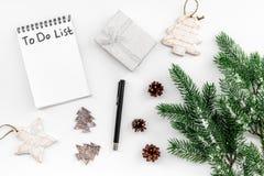 做做名单新年 在新年装饰中的笔记本在白色背景顶视图 库存照片