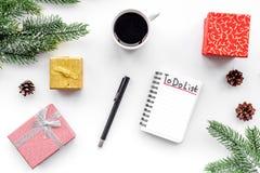 做做名单新年 在新年装饰中的笔记本在白色背景顶视图 免版税库存图片