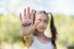 做停车牌用她的手的女孩 库存图片