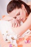 做健康温泉的年轻可爱的smilig妇女 库存图片
