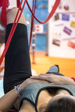 做健身在床上的女孩特写镜头牵引疗法 图库摄影