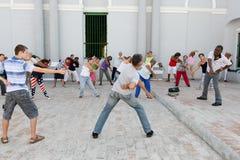 做健身房的人们在圣地亚哥街道  免版税库存照片