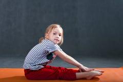 做健身瑜伽锻炼的孩子 免版税图库摄影
