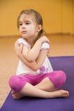 做健身的儿童女孩 免版税库存照片