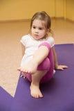 做健身的儿童女孩 免版税库存图片