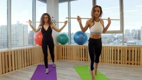 做健身的少妇 拿着棍子的Squating 影视素材