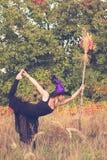 做健身的巫婆服装的俏丽的女孩 免版税图库摄影