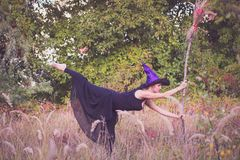 做健身的巫婆服装的白肤金发的女孩 图库摄影