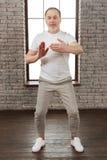 做健身的男性收养全长照片 库存图片