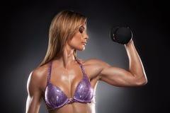做健身的美丽的适合妇女。 免版税库存照片