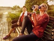 做健身的年轻美丽的妇女在公园 免版税库存图片