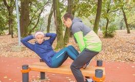 做健身锻炼仰卧起坐室外锻炼的适合年轻女人 库存图片