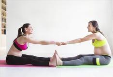 做健身锻炼的两名年轻孕妇 库存图片