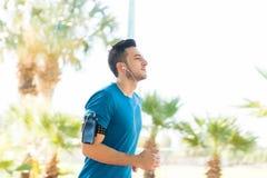 做健身锻炼的确信的运动员在夏天公园 免版税库存照片