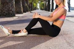 做健身锻炼的女运动员外面在棕榈公园 图库摄影