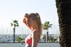 做健身锻炼的女运动员外面在棕榈公园 免版税库存照片