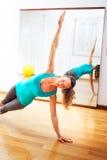 做健身锻炼的少妇舒展witn开放胳膊 免版税库存照片