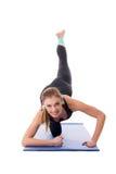 做健身锻炼的微笑的女孩 免版税库存照片