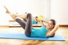 做健身锻炼舒展的少妇 免版税库存照片