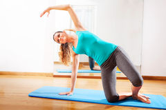 做充满激情的老师健身锻炼 免版税库存图片