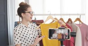 做关于时髦成套装备的时尚vlogger录影 股票视频