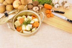 做冬天与有机菜和砧板的砂锅断送或汤锅 免版税库存图片
