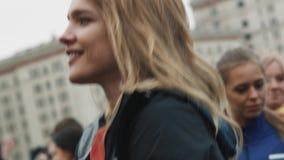 做准备与人人群的俄国式样娜塔莉亚・沃迪亚诺娃在马拉松前 影视素材