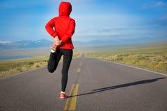 做准备在乡下公路的赛跑者 免版税库存图片