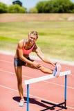 做准备在体育场内的女运动员画象 库存照片