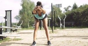 做准备在公园的女运动员 免版税库存照片