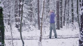 做准备在冬天森林启发和刺激概念的男性运动员户外 影视素材