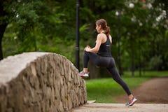做准备在训练前的女孩在公园 免版税图库摄影