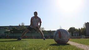 做准备在足球实践的球员 股票录像