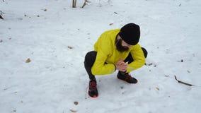 做准备在跑前的男性体育人低射击在冬天森林里 股票视频
